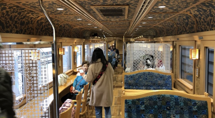 観光列車かわせみやませみのカウンター席