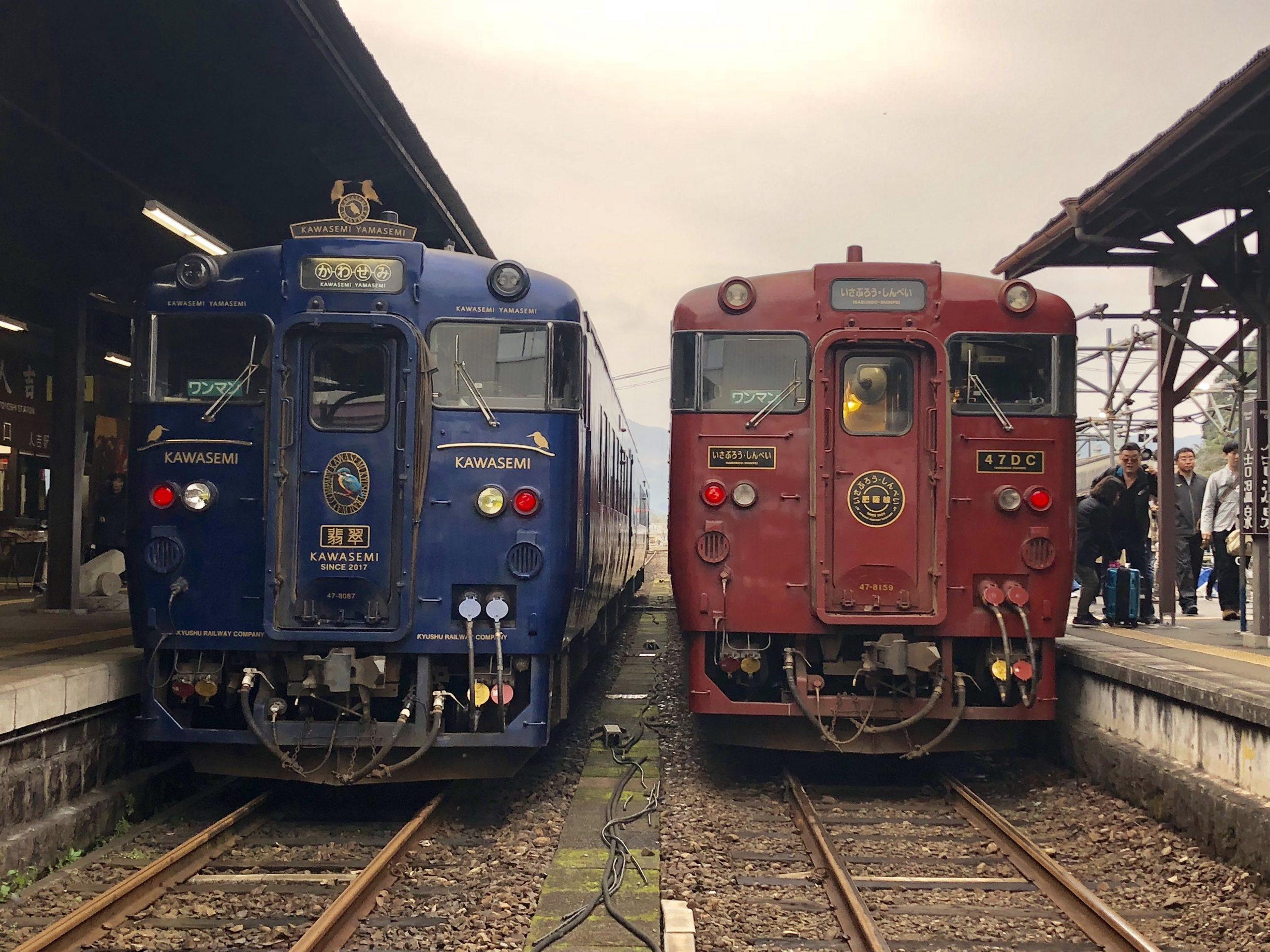 2台の観光列車を正面から見た様子