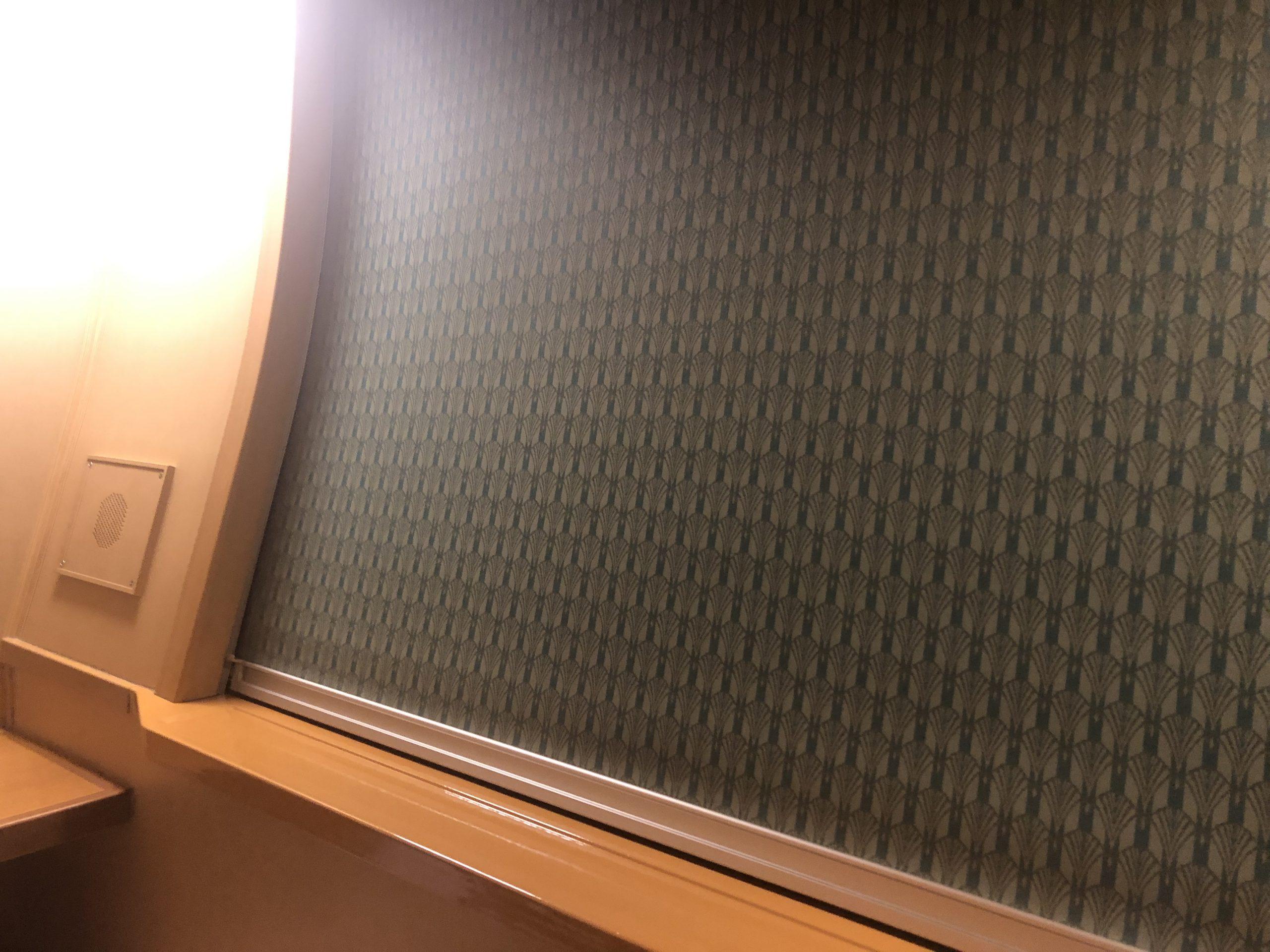窓のブラインドを下ろした様子