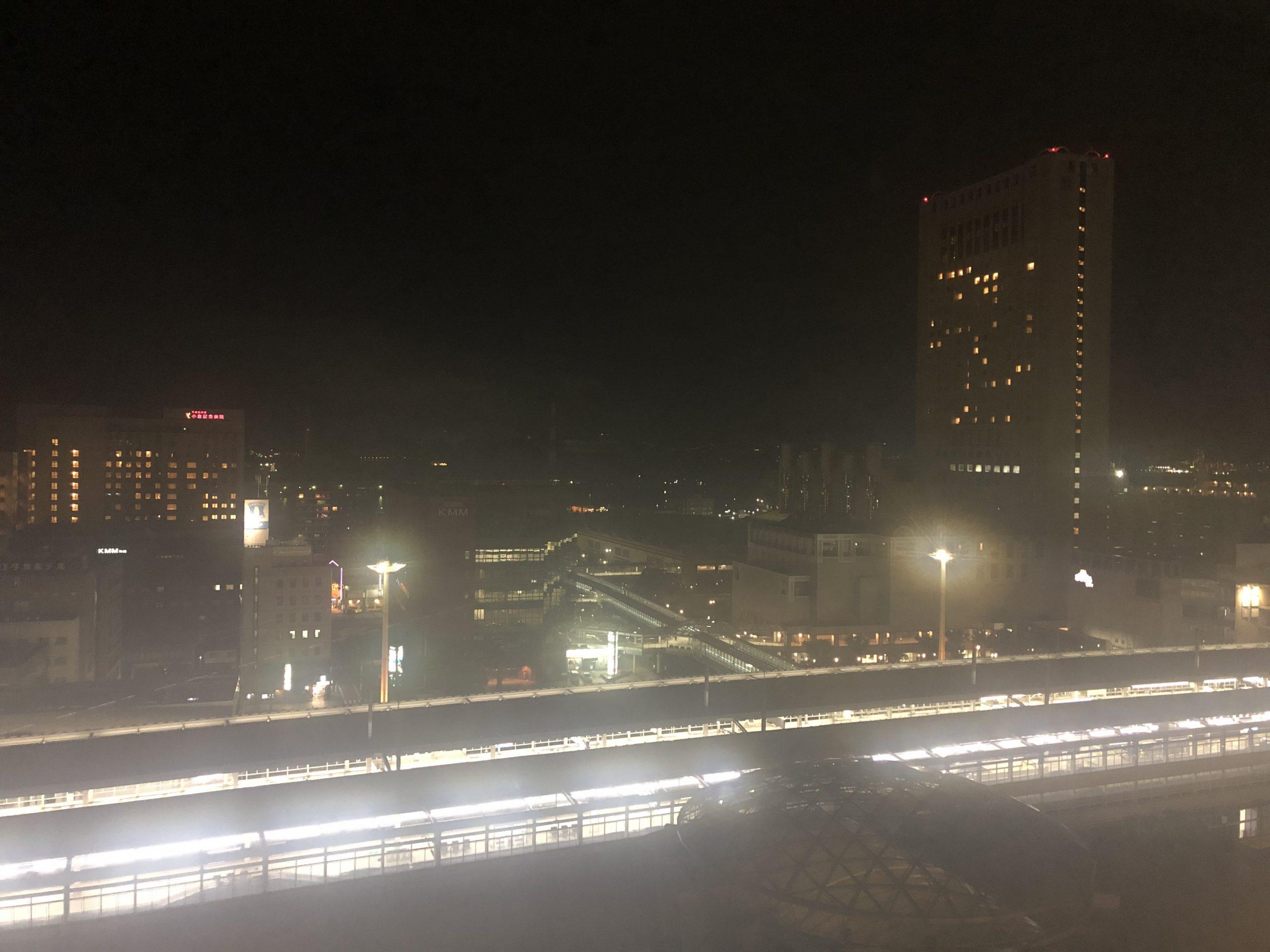 ホテルの窓から見える夜景